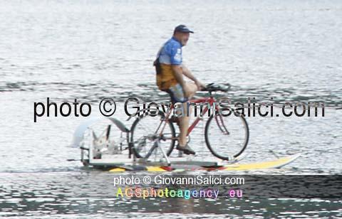 una bici d'acqua nel lago del Piano solca le acque nella Riserva Naturale Lago di Piano photo © Giovanni Salici
