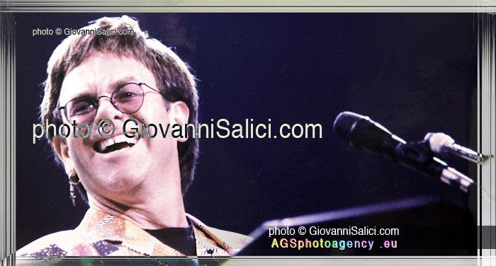 ultimo concerto per Elton John, in questa foto a Milano nel 1993, primo piano sorridente mentre suona il pianoforte photo © Giovanni Salici