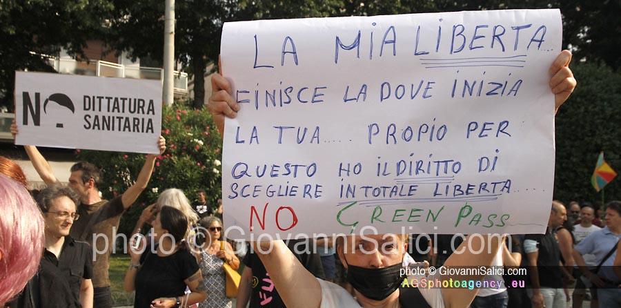 manifestazioni contro la dittatura sanitaria, cartelli dei manifestanti photo © Giovanni Salici