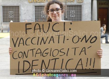 denunciato il Governo Draghi, cartelli manifestanti a Sondrio contro la dittatura, 14 agosto 2021 photo © Giovanni Salici