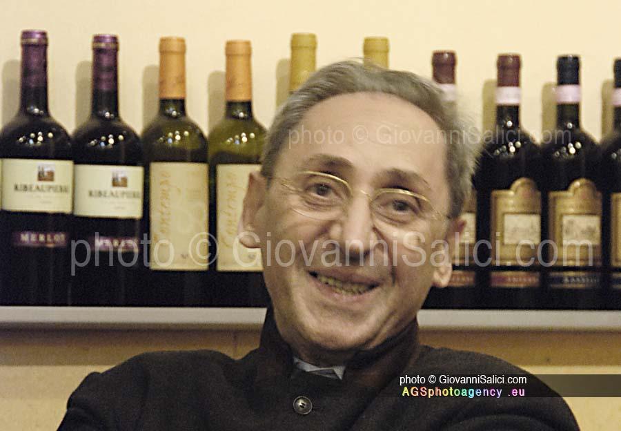 Franco Battiato è morto,in questa immagine durante un amichevole incontro a Milano il 29 novembre 2007 photo © Giovanni Salici